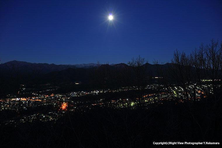 上荻野方面の夜景と、丹沢山地