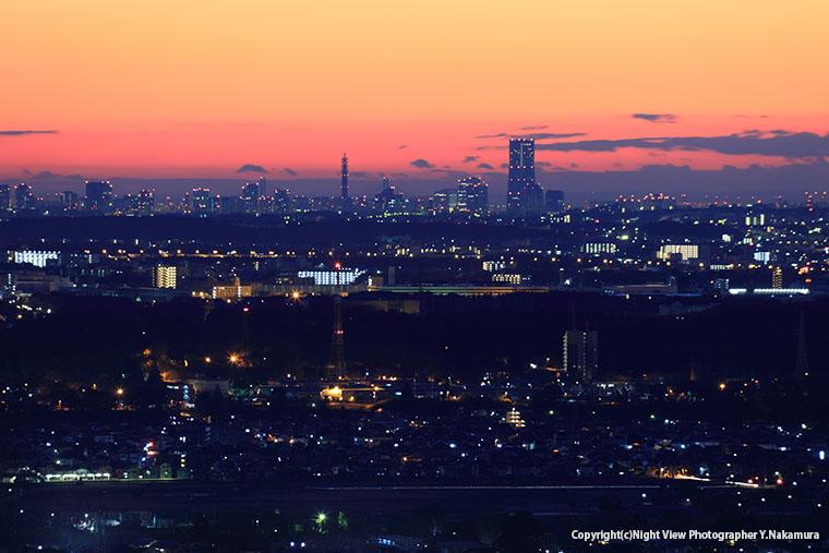 鳶尾山観光展望台から望む横浜方面の夜景